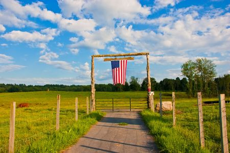 農場のゲートにアメリカの国旗