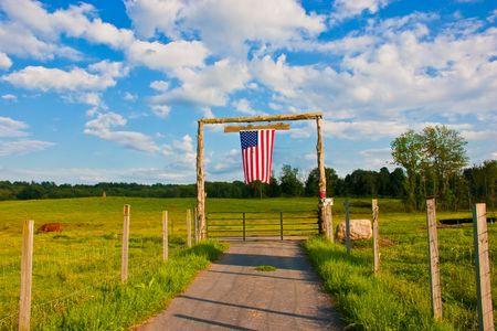 Amerikanischen Flagge auf dem Tor von landwirtschaftlichen