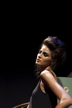 NEW YORK - 16. SEPTEMBER: Modell präsentiert Kleid für Rebecca Moses  Editorial