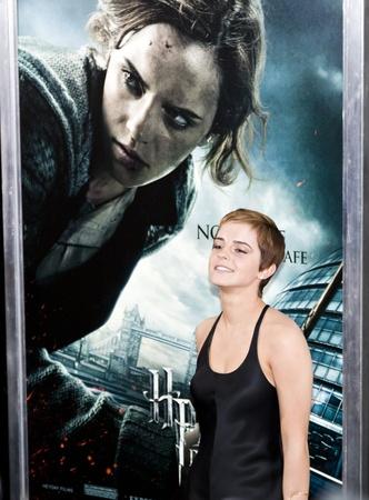 NEW YORK - 15. NOVEMBER: Schauspielerin Emma Watson beachtet die Premiere von Harry Potter und die Heiligtümer des Todes: Teil 1 in der Alice Tully Hall am 15. November 2010 in New York City.