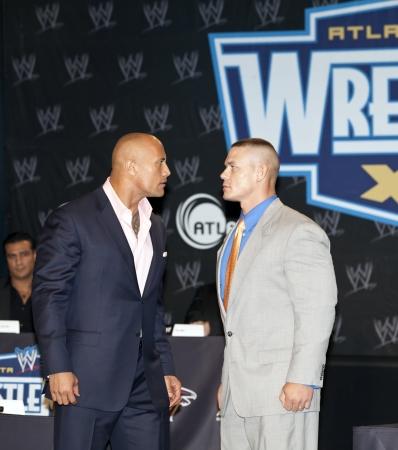 NEW YORK, NY - März 30: Pro Ringer Dwayne The Rock Johnson (L) und pro Wrestler John Cena besuchen die WrestleMania XXVII Pressekonferenz im Hard Rock Cafe New York am 30 März 2011 in New York City.