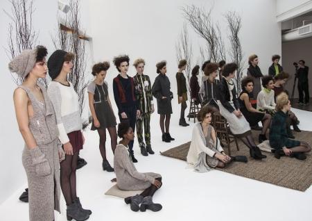 NEW YORK - 8. Februar: Models posieren für Ann Yee Präsentation der Herbst  Winter 2013 Kollektion bei Go Studios während der Mercedes-Benz Fashion Week am 8. Februar 2013 in NYC Editorial