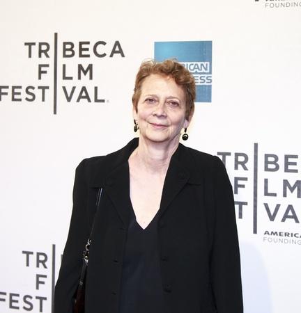 screenwriter: NEW YORK, NY - 17 aprile: Lo sceneggiatore Naomi Foner frequenta 'Mistaken For Strangers' apertura Premiere notte durante il Tribeca Film Festival 2013 - il 17 aprile 2013 a New York City.