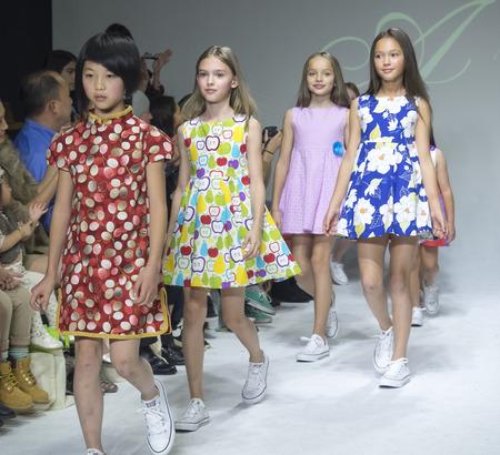 badhuis: New York, NY, USA - 19 oktober 2014: Modellen lopen de baan tijdens de Aria Kinderkleding voorvertoning bij petitePARADE  Kids Fashion Week in Badhuis Studios, Manhattan Redactioneel