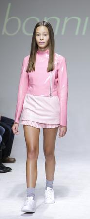 badhuis: New York, NY, USA - 19 oktober 2014: Een model loopt de baan tijdens de Bonnie Jonge voorvertoning bij petitePARADE  Kids Fashion Week in Badhuis Studios, Manhattan