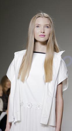 badhuis: New York, NY, USA - 19 oktober 2014: Een model loopt de baan tijdens de Aria Kinderkleding voorvertoning bij petitePARADE  Kids Fashion Week in Badhuis Studios, Manhattan