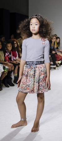 badhuis: New York, NY, USA - 19 oktober 2014: Een model loopt de baan tijdens de Charm collectie avant-première in petitePARADE  Kids Fashion Week in Badhuis Studios, Manhattan Redactioneel