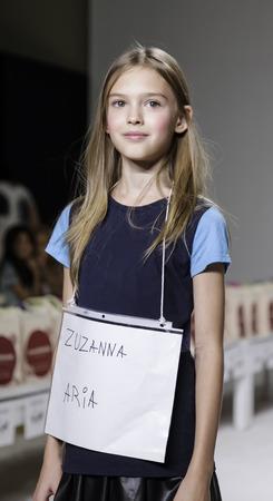 badhuis: New York, NY, USA - 19 oktober 2014: Een model loopt de baan repetitie tijdens de Aria Kinderkleding collectie avant-première in petitePARADE  Kids Fashion Week in Badhuis Studios, Manhattan Redactioneel