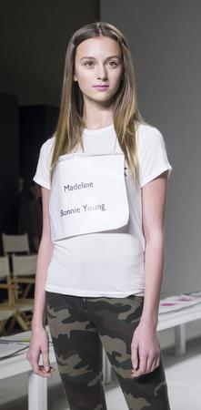 badhuis: New York, NY, USA - 19 oktober 2014: Een model loopt de baan repetitie tijdens de Bonnie Young collectie avant-première in petitePARADE  Kids Fashion Week in Badhuis Studios, Manhattan