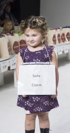 badhuis: New York, NY, USA - 19 oktober 2014: Een model loopt de baan repetitie tijdens de Charm collectie avant-première in petitePARADE  Kids Fashion Week in Badhuis Studios, Manhattan