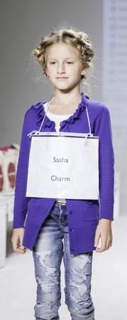 badhuis: New York, NY, USA - 19 oktober 2014: Een model loopt repetitie op de baan tijdens de Charm voorvertoning bij petitePARADE  Kids Fashion Week in Badhuis Studios, Manhattan Redactioneel