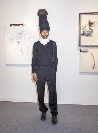 モダンアート: アメリカ合衆国ニューヨーク州ニューヨーク 2015 年 5 月 14 日: アーティスト エンゲルス桟橋 94年マンハッタンで公平な国際的な現代的でモダンな美術芸術マイアミ ニューヨークで彼の作品の前でポーズ