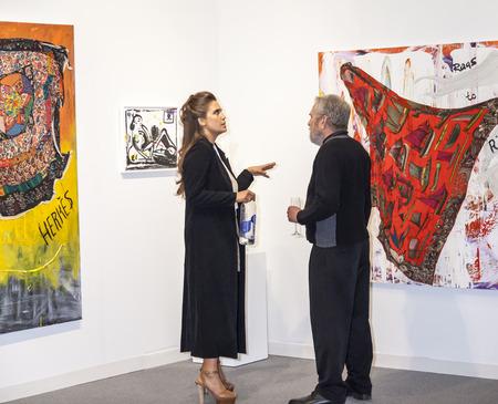 モダンアート: ニューヨーク、ニューヨーク、アメリカ合衆国 - 2015 年 4 月 30 日: 雰囲気アート マイアミ ニューヨーク、ピア 94、マンハッタンで公平な国際的な現代的でモダンな美術での一般的なビュー 報道画像