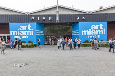 モダンアート: ニューヨーク、ニューヨーク、アメリカ合衆国 - 2015 年 5 月 16 日: 訪問者入り口アート マイアミ ニューヨーク埠頭 94、マンハッタンで公正な国際の現代的でモダンなアートに。絵画、彫刻、100 リード主催 50 カ国以上から約 1200年のアーティストからのインストール