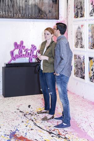 modern art: Nueva York, NY, EE.UU. - 16 de mayo 2015: Los visitantes de las obras de Arte de Miami de Nueva York, la feria de arte moderno y contempor�neo internacional en el Pier 94, Manhattan. Pinturas, escultura, instalaci�n de cerca de 1.200 artistas de m�s de 50 pa�ses presentados por 100 le