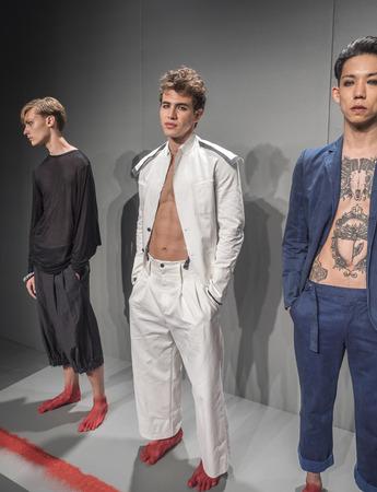 model pose: Nueva York, NY, EE.UU. - 16 de julio 2015: Actitud modelo en el Detroit presentaci�n de la colecci�n mensweare por John Varvatos durante la Semana de la Moda de Nueva York: Hombres S 2016 S  en Skylight Clarkson Sq, Manhattan Editorial