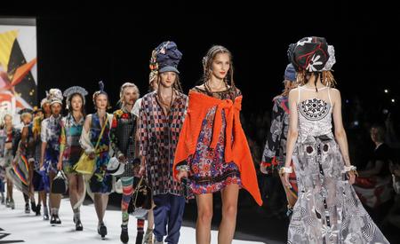 modelo: Nueva York, NY, EE.UU. - 10 de septiembre 2015: Modelos de caminar la pista en el desfile de Desigual durante de la Semana de la Moda Primavera 2016 Nueva York en El Arco, Claraboya en la Estaci�n Moynihan, Manhattan. #CFDANYFW, #NYFW,
