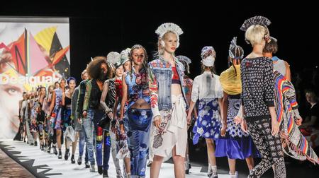 New York, NY, USA - 10. September 2015: Modelle zu Fuß die Startbahn am Desigual Modenschau während des Frühlings 2016 New York Fashion Week im The Arc, Oberlicht in Moynihan Station, Manhattan. #CFDANYFW, #NYFW, Editorial