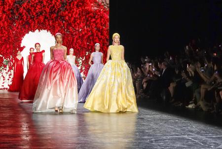 New York, NY, USA - September 16, 2015: Models walk the runway at Naeem Khan runway show during of Spring 2016 New York Fashion Week at The Arc, Skylight at Moynihan Station, Manhattan.  #CFDANYFW, #NYFW, #NAEEMKHAN 新闻类图片