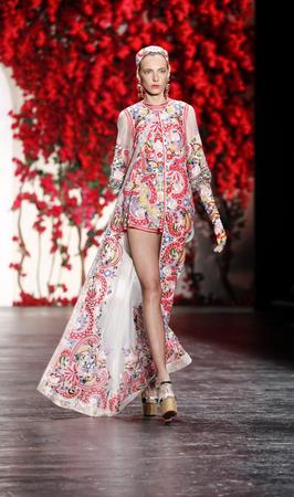 New York, NY, USA - 16. September 2015: Spaziergänge ein Modell die Landebahn auf Naeem Khan Runway Show während des Frühlings 2016 New York Fashion Week im The Arc, Skylight in Moynihan Station, Manhattan. #CFDANYFW, #NYFW, #NAEEMKHAN