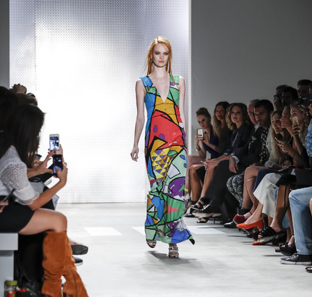 New York, NY, USA - 11. September 2015: Luisa Bianchin geht die Laufbahn an Nicole Miller Modenschau während des Frühlings 2016 New York Fashion Week in der Galerie, Oberlicht Clarkson Sq, Manhattan..