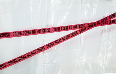 Scena del crimine non attraversare il nastro rosso su sfondo bianco Archivio Fotografico - 47477307