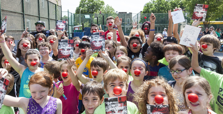red nose: Nueva York, NY, USA - 26 de mayo de 2016: jugadores del New York Red Bull Alex Muyl y Connor Lade celebran 'Red Nose Day' con los niños en el patio de la escuela PS 154, Brooklyn