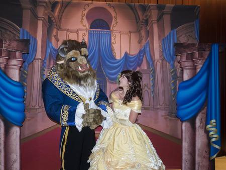 Nueva York, NY, EE.UU. - 18 de septiembre 2016: La Bella y la bestia Los personajes posan para una foto en la 'bella y la bestia' Proyección del 25 aniversario en el Alice Tully Hall, Lincoln Center, Manhattan