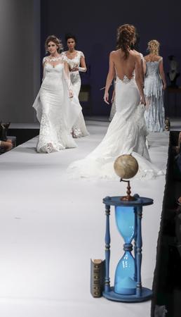New York, NY, États-Unis - 8 Octobre, 2016: Modèles marcher piste pour Olvi de par Olga Yermoloff Printemps 2017 Collection 'Alchemy' au cours de New York Semaine internationale nuptiale au Théâtre de la mode, Pier 94, Manhattan