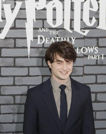 """New York, NY, USA - 15. November 2010: Schauspieler Daniel Radcliffe beachtet die Premiere von """"Harry Potter und die Heiligtümer des Todes - Teil 1 'in der Alice Tully Hall, Manhattan"""