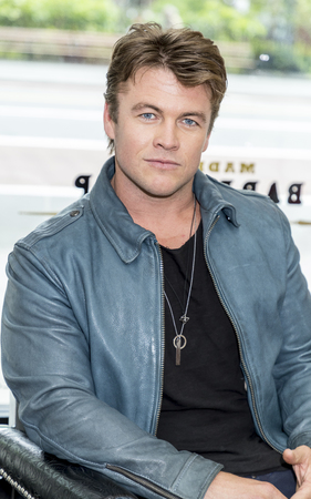 New York, NY, USA - May 11, 2017: Old Spice and Actor Luke Hemsworth (Westworld) Team Up to Teach Guys How to Get a HAIR of Confidence at Made Man Barber Shop, Manhsttan 報道画像
