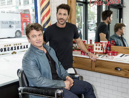 New York, NY, USA - May 11, 2017: Old Spice and Actor Luke Hemsworth (Westworld) Team Up with Celebrity Groomer Benjamin Thigpen to Teach Guys How to Get a HAIR of Confidence at Made Man Barber Shop,  報道画像