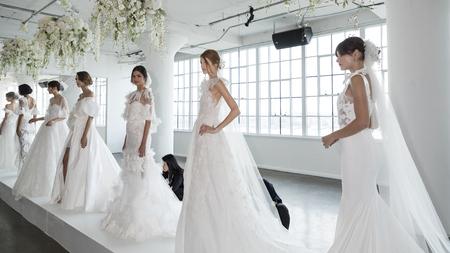 New York, NY, Verenigde Staten - 5 oktober 2017: Modellen tonen een jurk van Georgina Chapman en Keren Craig voor Marchesa en Notte Fall  Winter 2018 Bridal Presentation tijdens New York Bridal Week at Canoe Studio, Manhattan