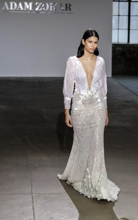 NEW YORK, NY, USA - APRIL 14, 2018: A model walks the runway for Adam Zohar collection during New York Bridal Week at Industria, Manhattan Zdjęcie Seryjne - 100649829