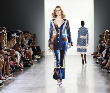 New York, NY, USA - 7. September 2018: Ein Modell geht Landebahn, um Vivienne Hu Frühjahr / Sommer 2019 Kollektion während der NY Fashion Week in Spring Studios, Manhattan zu präsentieren