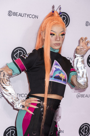 New York, NY, USA - April 6, 2019: Clawdeenas attends Beautycon Festival NYC 2019 at Jacob K. Javits Convention Center, Manhattan Фото со стока - 120753826