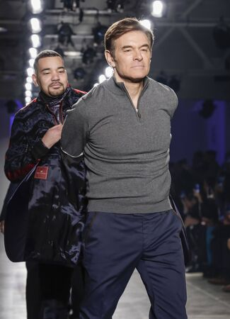 New York, NY, USA - February 5, 2020: DR. Oz and other celebrities walk Blue Jacket runway in support of mens health and prostate cancer awareness at Pier 59 Studios , Manhattan Publikacyjne