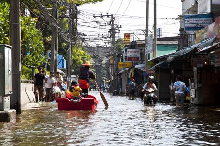 difficult journey: People who live in the area. Square, Lat Phrao, Bangkok, has a high flood. Thai people have a difficult journey. And water continues to flow into the city without stopping.