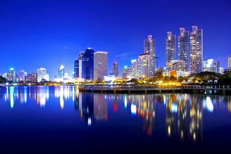 El centro de la ciudad de Bangkok en la noche con la reflexión de la línea del horizonte, Bangkok, Tailandia