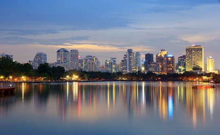 cielo despejado: La construcción de una ciudad en la noche con las luces en Bangkok, Tailandia