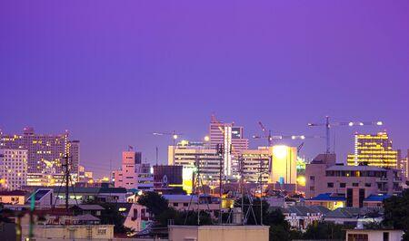 desarrollo económico: Grúas torre se utilizan en trabajos de construcción. El desarrollo económico de la ciudad. Foto de archivo