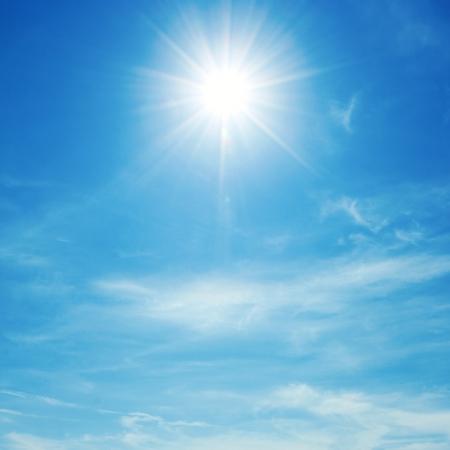태양은 여름에 낮에 밝은 빛납니다. 푸른 하늘과 구름입니다.