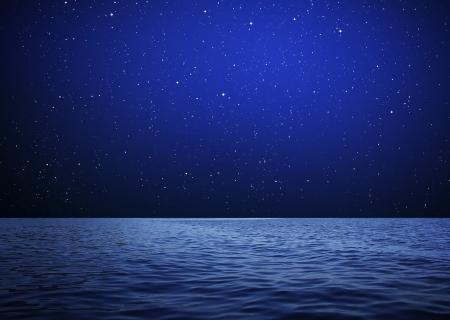 Achtergrond zee in de nacht met sterrenhemel Stockfoto