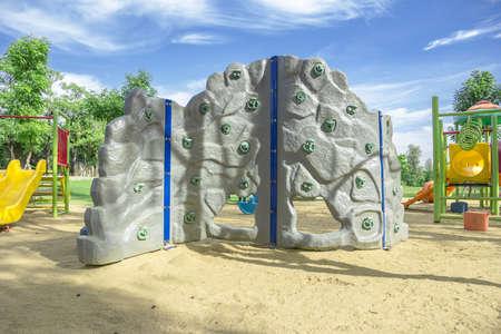 niño escalando: Zona de juegos para niños disfrutar de la escalada se encuentra la arena. Foto de archivo