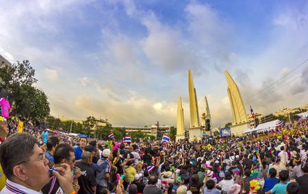 show bill: BANGKOK, Tailandia - 24 de noviembre 2013 Los manifestantes antigubernamentales en el Monumento a la Democracia La protesta contra el proyecto de ley de Amnist�a muchos anti No muestra el n�mero de personas en las noticias de la TV