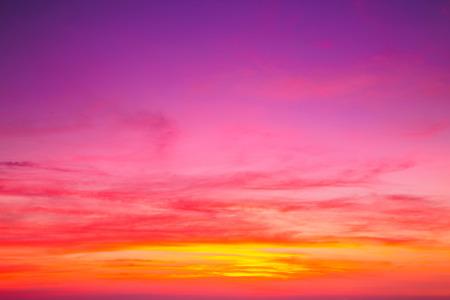 일몰 후 다채로운 하늘. 저녁 하늘 배경입니다. 스톡 콘텐츠