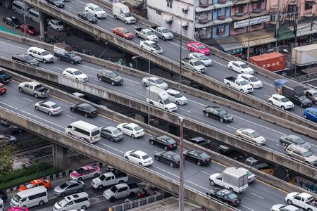交通: バンコク - 2015 年 5 月 10 日タイ: ラッシュアワーの交通渋滞のバンコク市内の市内の路上で車の交通。