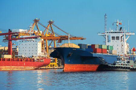 Nave portacontainer in attività di esportazione e importazione e logistica. Spedizioni merci al porto con gru. Trasporto acqueo internazionale.