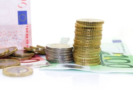banconote euro: Le banconote in euro e le monete su sfondo bianco Archivio Fotografico
