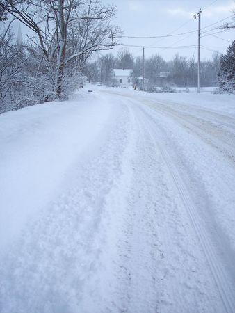 Village weg na een sneeuw storm.